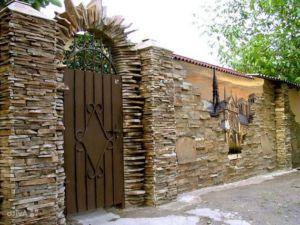 Ограждение из природного камня с элементами произведений искусства