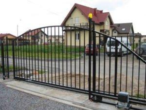 Вид решетчатых откатных ворот
