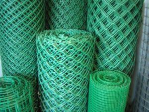 Setka dlya zabora pvx zelenaya 300x225 - Основы выбора зеленой ПВХ сетки для забора и способы монтажа