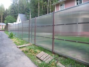 Заборы на металлическом каркасе из поликарбоната и других материалов