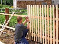 Забор из деревянного штакетника своими руками: как рассчитать, как сделать?