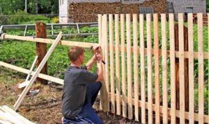Способы установки забора из деревянного штакетника своими руками