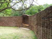 Плетеный забор: виды плетня из досок, веток, прутьев ивы и орешника