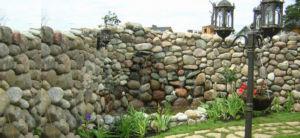 Изготовленная из камня монументальная конструкция
