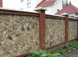 Фото комбинированного ограждения из кирпича и натурального камня