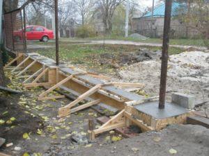 Как правильно залить фундамент под забор и как не надо этого делать